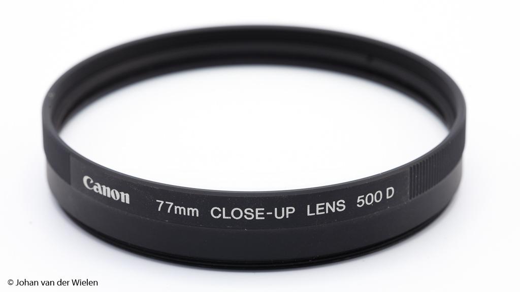 De bekendste macro voorzetlens is de Canon 500D close-up lens met +2 dioptrie. Je schroeft hem als een filter op je objectief.
