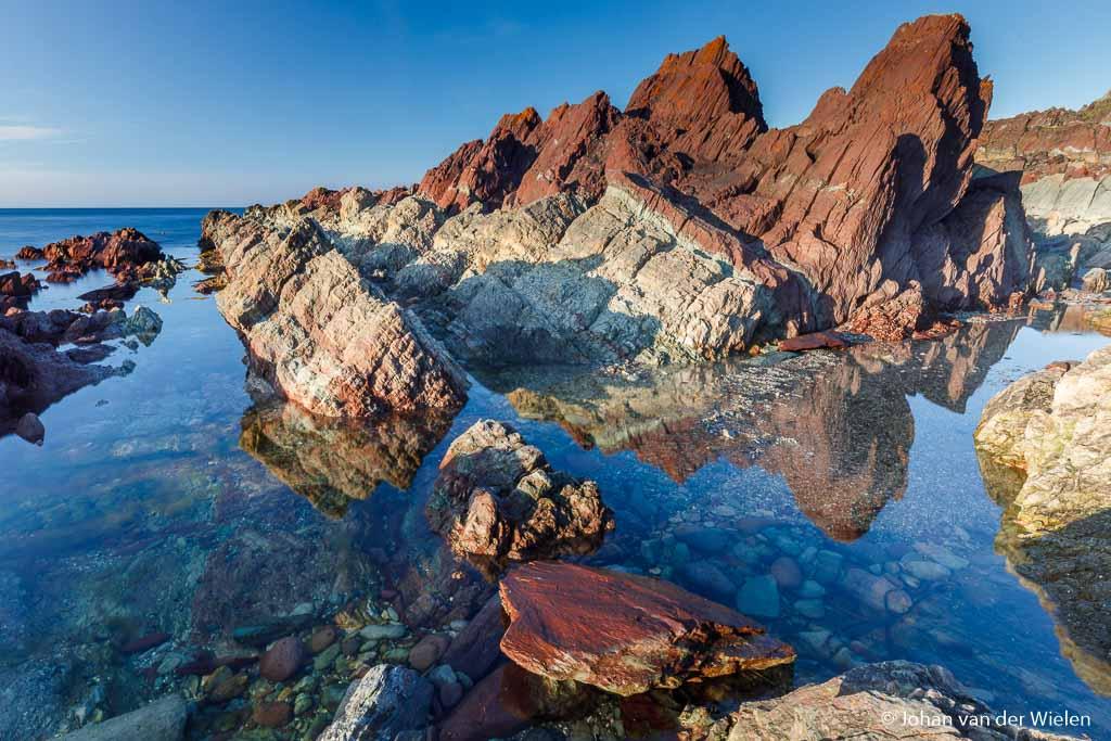 Zelfde locatie maar nu tijdens keihard daglicht... nu komen de gekleurde rotsen wel uit.