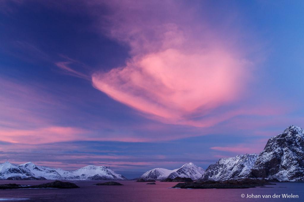 Bergen, sneeuw, zee, blauwe uurtje en een roze wolk... likes gegarandeerd!