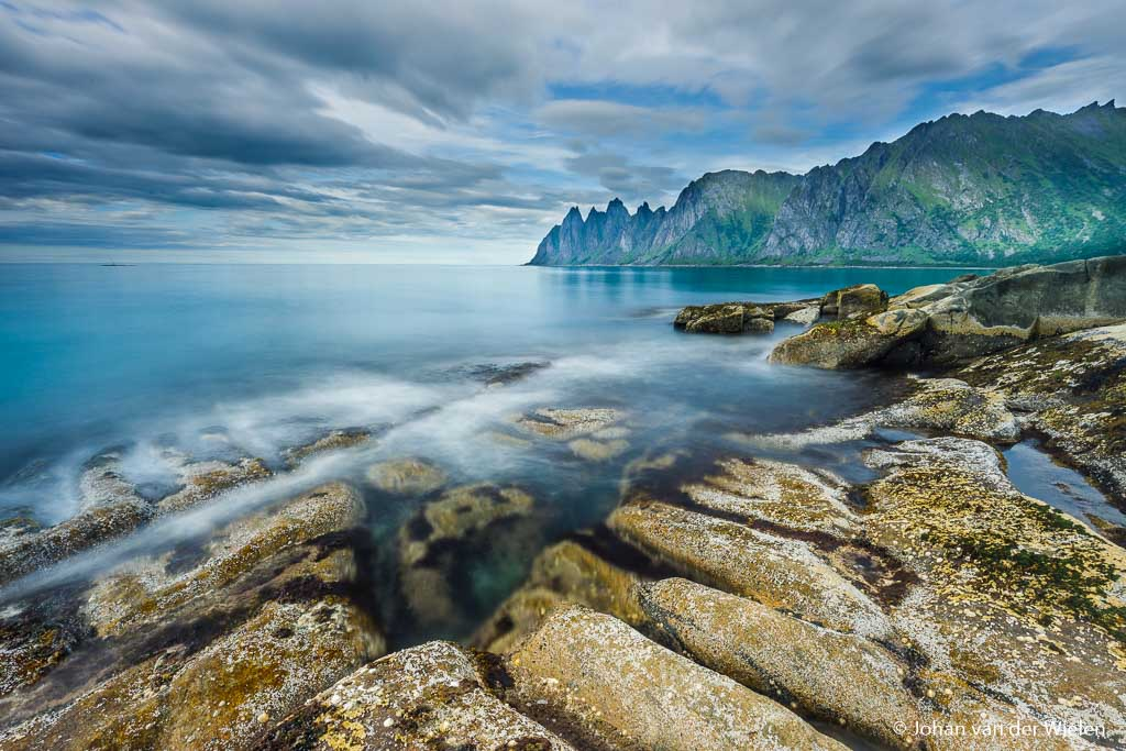 Rotskust op Senja, Noorwegen. DE camera kan nog prima zelf belichten door ND8 (3 stops) of ND16 (4 stops) grijsfilters.