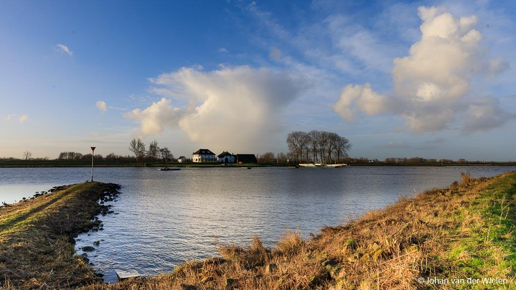 Filter zit te laag, je een donkere overgang in het water en de dijk aan de overkant van de Rijn is te donker.