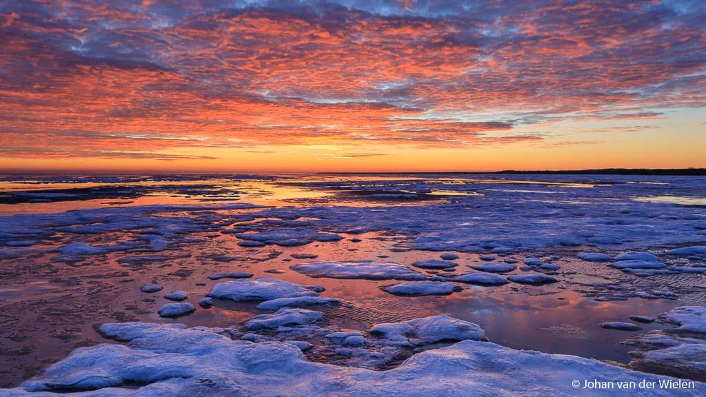 Zonsondergang Winters Terschelling. Zelfs een reflectiebeeld als dit is gemaakt met een 2 stops ND grad hard om lucht en voorgrond in goede balans te brengen.