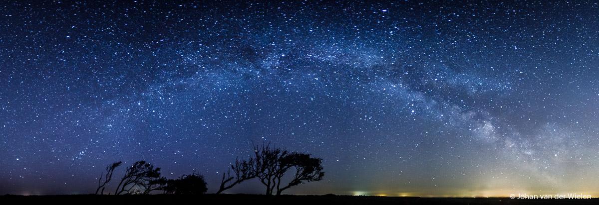 De Melkweg boog gefotografeerd vanaf Schiermonnikoog, in de échte nacht.