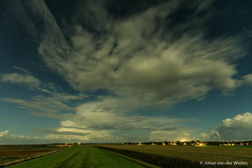 De Waddendijk met volle maan (schuin van links), 5750K.