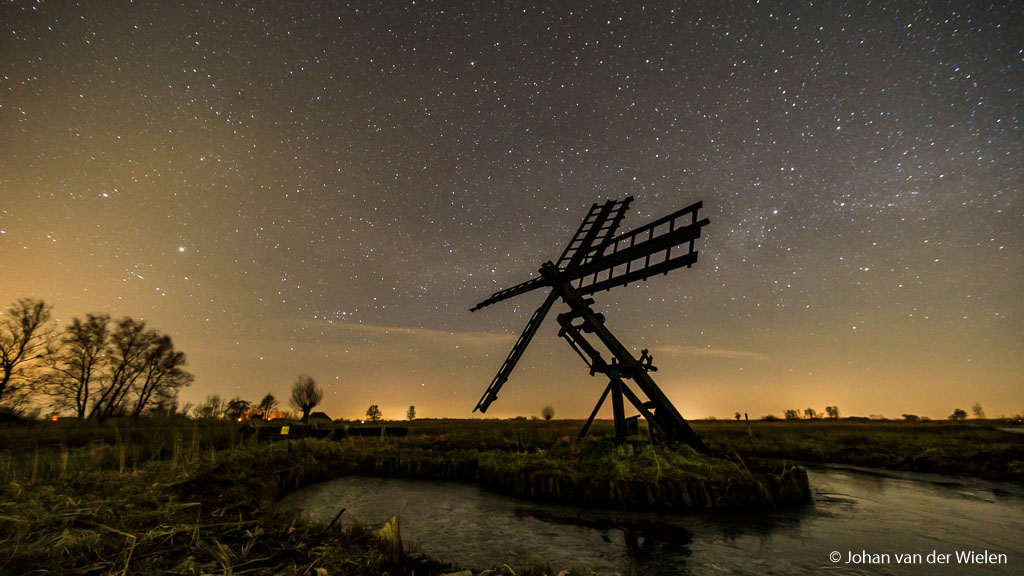 Historische Tjasker in Nationaal Park Wieden-Weerribben, ondanks dat de dorpen ver weg liggen is de lichtvervuiling duidelijk aanwezig. Witbalans van 4000K.