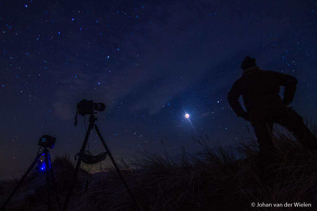 Stevig statief, draadontspanner, camera met lichtsterke groothoeklens... nachtfotograaf kan aan het werk.