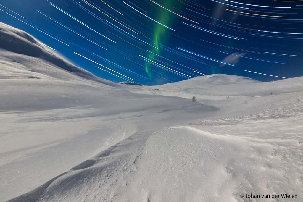Hier is het allemaal om te doen... één foto met eindresultaat van sterrensporen en een vleugje noorderlicht.