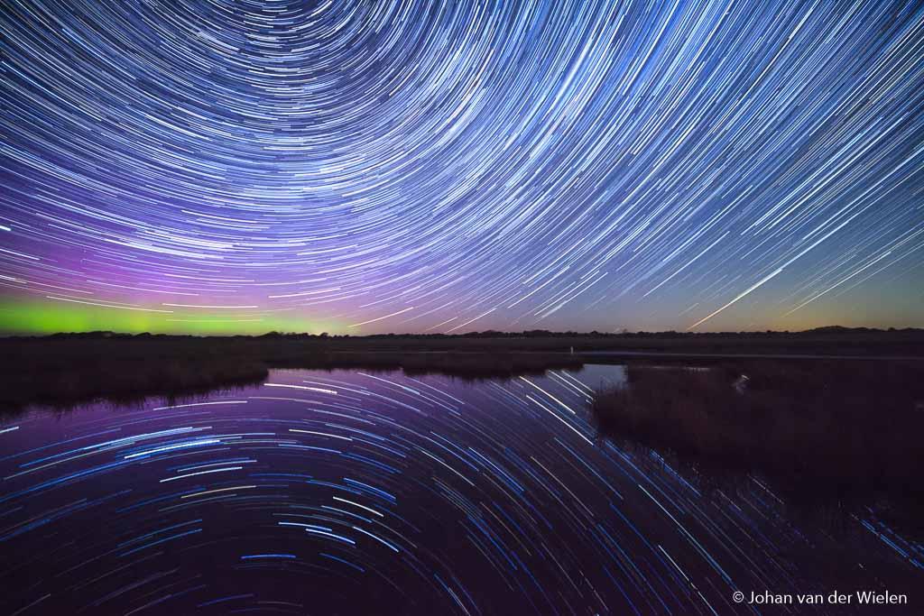 Combinatie van sterrensporen en noorderlicht op Schiermonnikoog. Totale belichting ca. 2 uur.